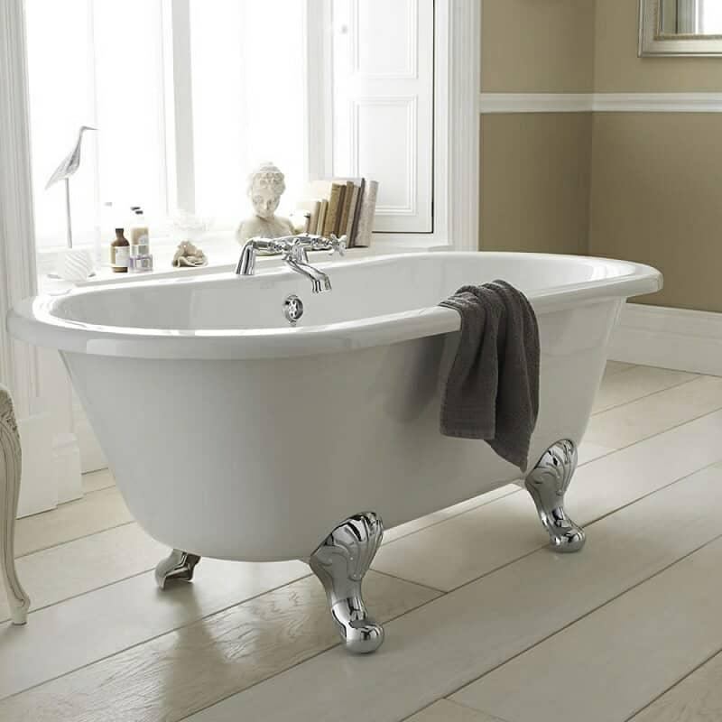 roll top freestanding bath with chrome feet