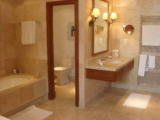 la residencia bathroom overview