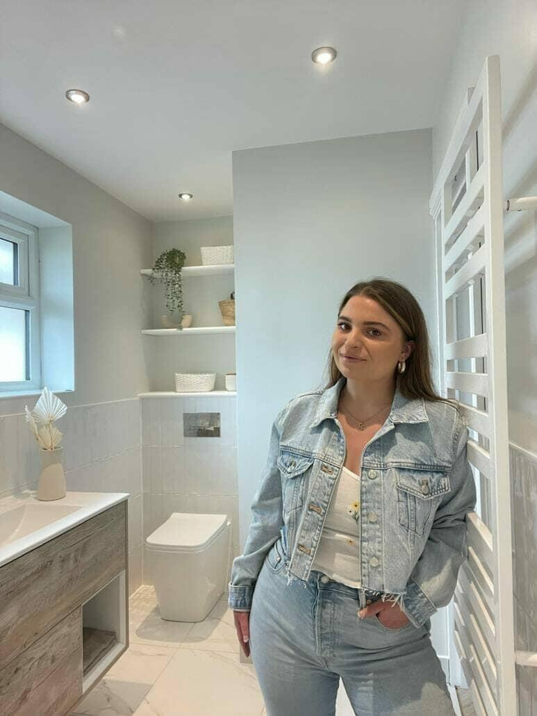 Becca in haar nieuwe badkamer