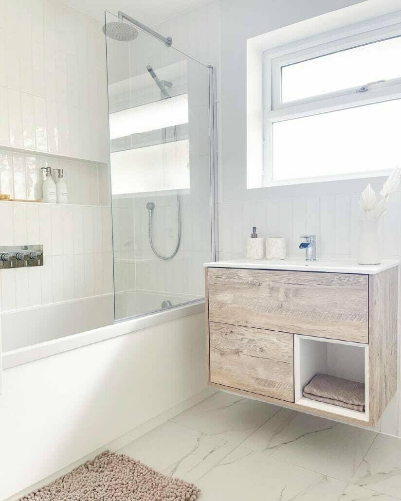 badmeubel en douche boven het bad